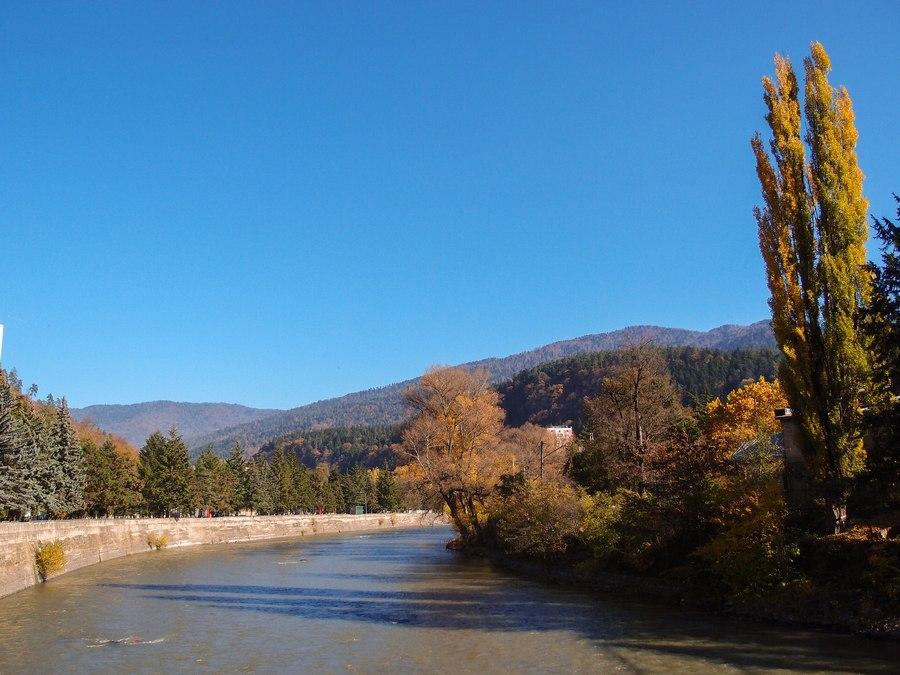Река Кура, вдоль берегов которой тянется Боржоми