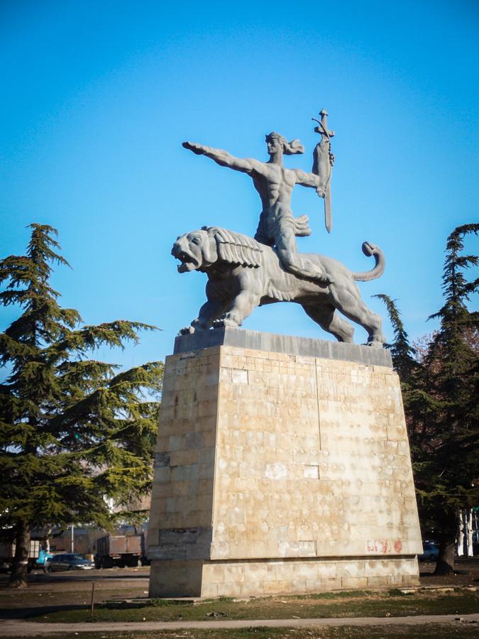 Памятник каким-то джигитам